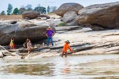 老挝人- 2015年3月27日:地方渔夫抓住鱼在khong河a 库存照片