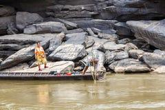 老挝人- 2015年3月27日:地方渔夫抓住鱼在khong河a 免版税图库摄影