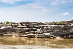 老挝人- 2015年3月27日:地方渔夫抓住鱼在khong河a 库存图片