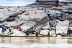 老挝人- 2015年3月27日:地方渔夫抓住鱼在khong河a 免版税库存图片
