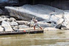 老挝人- 2015年3月27日:地方渔夫抓住鱼在khong河a 图库摄影