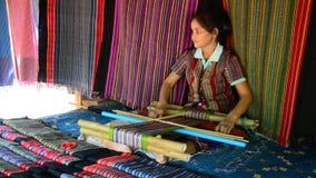 老挝妇女编织布料和出售布料展示旅客的 股票录像