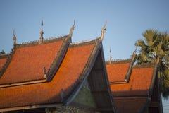 老挝琅勃拉邦老镇寺庙屋顶 免版税库存图片