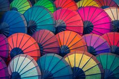 老挝,琅勃拉邦 遮阳伞由diffe制成自然材料  免版税库存图片