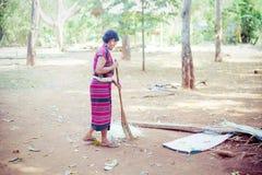 老挝, BOLAVEN 2014年2月12日:v的未认出的Alak部落妇女 免版税库存图片