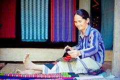 老挝, BOLAVEN 2014年2月12日:v的未认出的Alak部落妇女 免版税库存照片