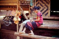 老挝, BOLAVEN 2014年2月12日:v的未认出的Alak部落妇女 免版税图库摄影