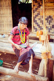 老挝, BOLAVEN 2014年2月12日:v的未认出的Alak部落妇女 库存照片