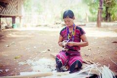 老挝, BOLAVEN 2014年2月12日:v的未认出的Alak部落妇女 库存图片