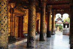 老挝:一个人出于32 beautifull装饰了老佛教monastries 库存图片