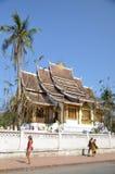 老挝- 2013年2月:游人在琅勃拉邦附近走 库存照片