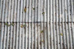 老损伤生锈的锌制地图墙壁 库存照片