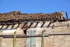 老损坏了一个被放弃的房子的屋顶 免版税库存图片
