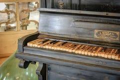 老损坏的古色古香的琴键特写镜头  免版税库存照片