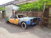 老损坏的街道画汽车 免版税图库摄影