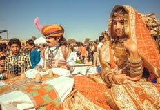 老摆在传统沙漠节日的狂欢节的时尚印地安服装的逗人喜爱的孩子 库存图片