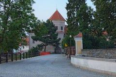老摊铺机路通过对Telc镇和城堡的大广场的门  cesky捷克krumlov中世纪老共和国城镇视图 科教文组织遗产站点 免版税库存图片