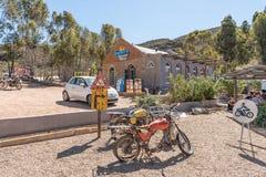 老摩托车和一家汽车旅馆在Barrydale 库存图片