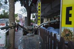 老摩托车在城市 免版税库存照片