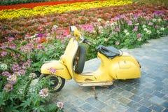 老摩托车在庭院里在河内,越南 库存照片