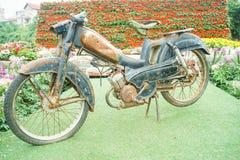 老摩托车在庭院里在河内,越南 库存图片