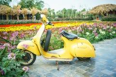 老摩托车在庭院里在河内,越南 免版税库存照片