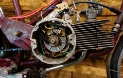 老摩托车用被拆卸的电动机起动器 免版税库存照片