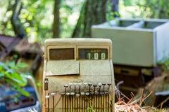 老收款机在废品旧货栈 库存照片