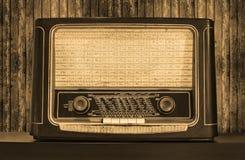 老收音机。正面图 图库摄影