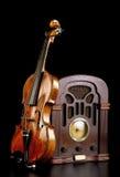 老收音机和小提琴 免版税库存照片