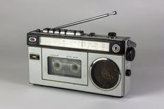 老收音机和盒式带录音机有卡式磁带的 免版税库存照片