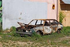老放弃了在庭院里停车场被烧的 库存图片