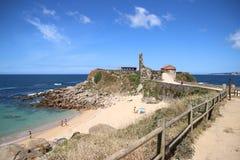 老教会和废墟在海滩 库存照片