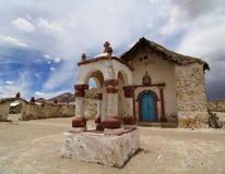 老教会在安地斯山的村庄帕里纳科塔火山 库存图片