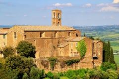 老教会在蒙达奇诺镇, Val d ` Orcia,托斯卡纳,意大利 免版税库存照片