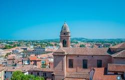 老教会意大利里米尼意大利的圆顶的Santarcangelo视图 免版税库存照片