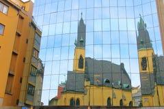 老教会的反射在现代房子的窗口里 免版税库存图片