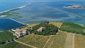 老教会空中顶视图在从上面海岛上的,运河du罗讷Sete, Camargue,法国 库存图片