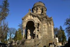 老教堂在公墓 免版税库存照片