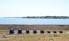 老教规在瞄准海的海湾前面排队了 免版税库存图片