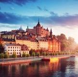 老斯德哥尔摩视图在晚上在夏天 免版税库存图片