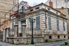 老新古典主义的大厦在弗洛里纳,一个普遍的冬天目的地在北希腊 免版税库存图片