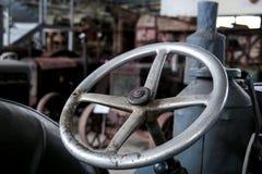 老方向盘农用拖拉机 库存照片