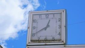 老方形的城市时钟特写镜头反对蓝天的 影视素材