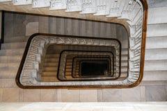 老方形的螺旋楼梯盒从上面 免版税库存图片