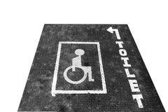 老方格的板材生锈的表面上的有残障的标志  免版税库存图片