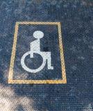 老方格的板材生锈的表面上的有残障的标志  库存图片