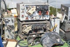 老无线电技术设备 与箭头,收发器,测量仪器的标度 免版税图库摄影