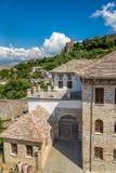 老无背长椅房子在Gjirokaster 库存照片