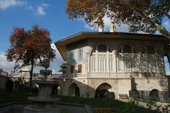 老无背长椅房子在Topkapi宫殿,伊斯坦布尔,土耳其 库存图片